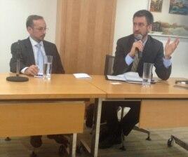 Joshua Kuchera (Kucera) va Jeff Goldstein (chapdan) Ochiq Jamiyat Institutida o'tgan davra suhbatida, Vashington, 16-oktabr, 2012