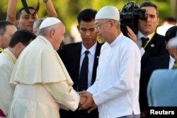 Pope Francis shakes hands with Myanmar's President Htin Kyaw as he arrives at Presidential Palace in Naypyitaw, Myanmar, Nov. 28, 2017.