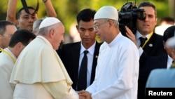 پاپ فرانسس د میانمار د ولسمشر تن یاو سره