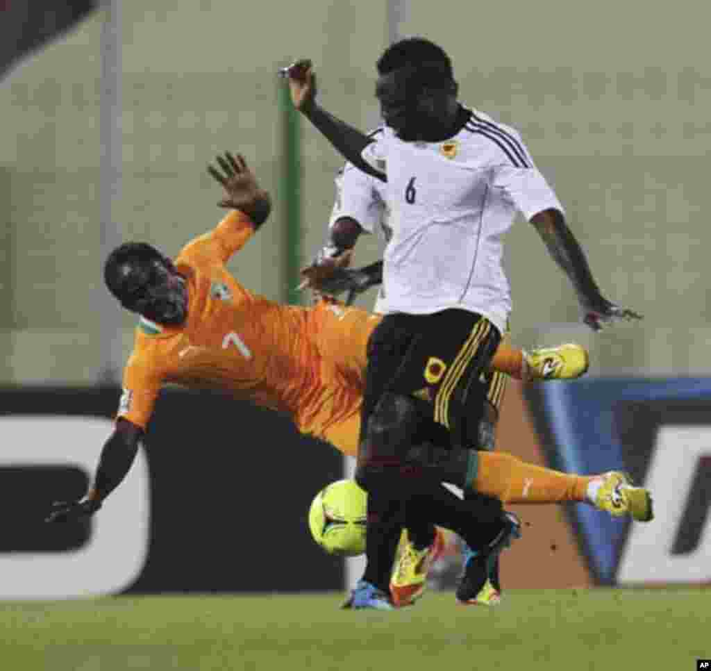 Seydou Doumbia (L) of Ivory Coast fights for the ball with Alves de Carvalho of Angola during their African Nations Cup soccer match in Malabo January 30, 2012.