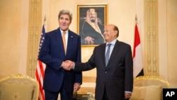 """El secretario de Estado, John Kerry, sostuvo una """"constructiva"""" reunión con el presidente de Yemen, Abd Rabbo Mansour Hadi (derecha)."""