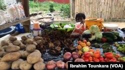 Vente de légumes sur le marché à Abidjan, en Côte d'Ivoire, le 19 juillet 2017. (VOA/Ibrahim Tounkara)