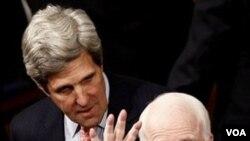 Dua senator senior AS, John Kerry (kiri) dan John McCain (kanan) memperkenalkan resolusi soal operasi militer AS di Libya (21/6).