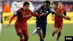 Morales (izq.) junto al Real Salt Lake podrían enfrentarse ante hondureños o costarricenses en la semifinal del torneo.