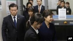 រូបឯកសារ៖ លោកស្រី Park Geun-hye ដែលត្រូវបានបណ្តេញចេញពីតំណែងជាប្រធានាធិបតីកូរ៉េខាងត្បូង (រូបស្តាំ) ចាកចេញពីសវនាការក្នុងក្រុងសេអ៊ូល កាលពីថ្ងៃទី៣០ ខែមីនា ឆ្នាំ២០១៧។