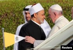 ພະສັນຕະປາໆຟຣານຊິສ ແມ່ນຍິນດີຕ້ອນຮັບ ໂດຍອີມາມໃຫຍ່ ຂອງ ແອລ -ອາຊາຣ໌ ເຊກ ແອລ-ໄຕເຢບ (al-Azhar Sheikh Ahmed al-Tayeb) ໃນເຊກ ໄຊຢິດ ທີ່ໂບອດໃຫຍ່ ໃນອາບູ ດາບີ, ອາຣັບອາເມເຣດສ໌, ວັນທີ 4 ກຸມພາ 2019.