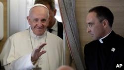 프란치스코 로마 가톨릭 교황이 6일 콜롬비아 보고타행 비행에서 기자들과 만남을 가졌다.