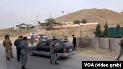 Pos pemeriksaan polisi dekat Pul-e-Khumri, 107 km selatan Kunduz yang diserang Taliban awal bulan ini.