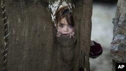 Một em bé Pakistan chạy lánh nạn cùng với gia đình tạm ngụ trong một khu nhà nghèo ở ngoại ô Islamabad, 28/1/13
