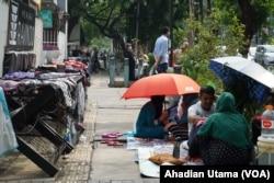 Sejumlah pencari suaka asal Afghanistan menempati trotoar di depan Menara Ravindo tempat perwakilan UNHCR berkantor di Jalan Kebun Sirih, Jakarta, 5 Juli 2019. (Foto: Ahadian Utama/VOA)