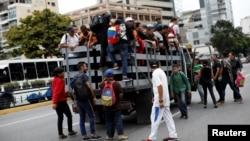 Pas prerjes së energjisë, pasagjerët e trenit fillojnë të hipin në kamiona në kryeqytetin Caracas