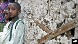 父母死于艾滋病的两位埃塞俄比亚孤儿坐在他们的家门外(资料照片)