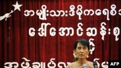 Lãnh tụ Liên minh Toàn quốc Đấu tranh cho Dân chủ Aung San Suu Kyi phát biểu tại trụ sở đảng ở Rangoon, ngày 28/6/2011