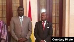 Artur Silva empossado primeiro-ministro guineense pelo Presidente José Mário Vaz (dir)