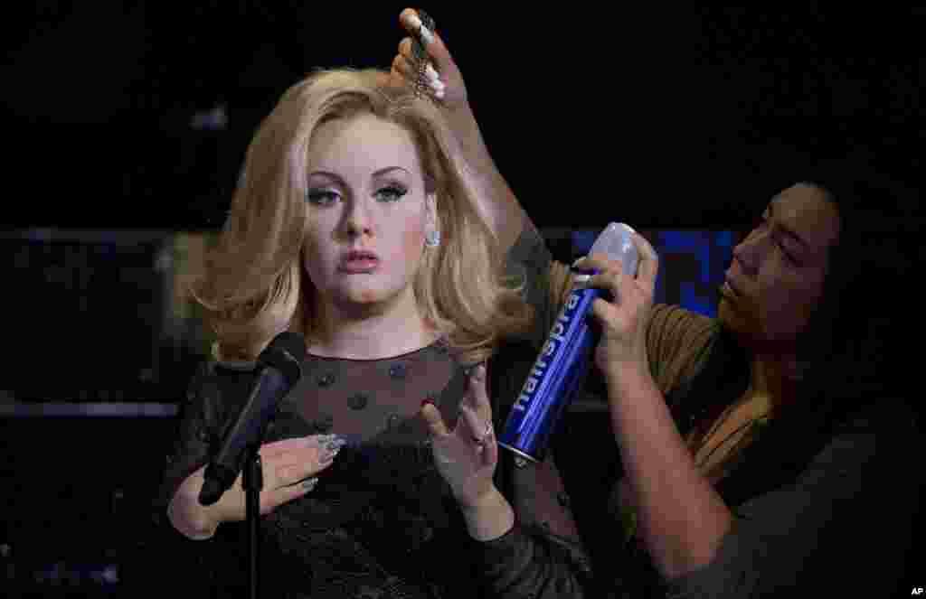 تکمیل آرایش موی مجسمه مومی ادل، خواننده بریتانیایی در موزه مادام توسوی لندن