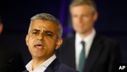 Ông Sadiq Khan, ứng cử viên Đảng Lao động, phát biểu trước ông Zac Goldsmith, ứng cử viên Đảng Bảo thủ, sau khi chiến thắng trong cuộc bầu cử thị trưởng London, ngày 07 tháng 5 năm 2016.