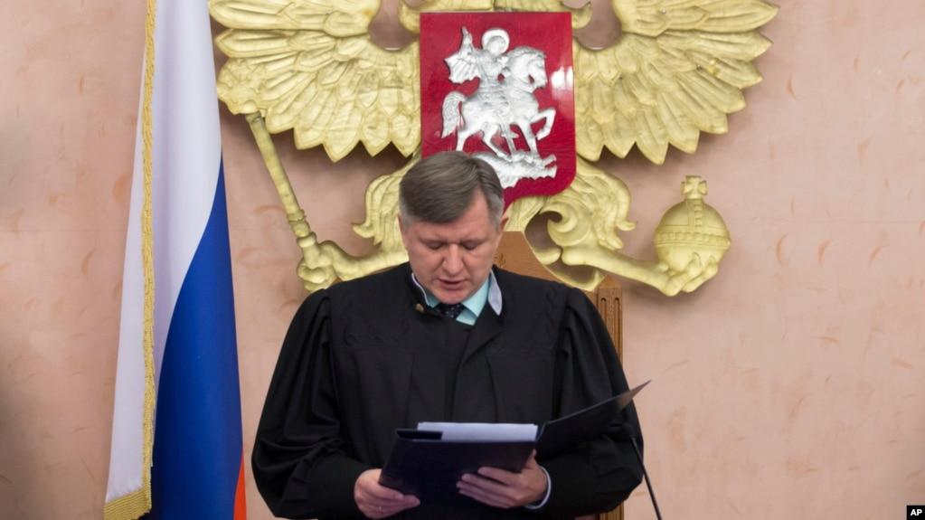 O juiz da Corte Suprema russa, Yuri Ivanenko, lê a decisão em uma sala de audiências em Moscou, em 20 de abril de 2017, proibindo que as Testemunhas de Jeová operem no país. Aceitou um pedido do ministério da justiça que a organização religiosa seja considerada um grupo extremista.