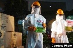 Petugas BPBD DIY melakukan penyemprotan desinfektan setelah kiriman APD dari BNPB, 28 Maret 2020. (Foto: Humas Pemda DIY)