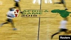 Para pebasket profesional dari Liga Bola Basket Profesional AS (NBA) dalam sesi latihan di Johannesburg, Afrika Selatan, 31 Juli 2015. (Foto: Reuters)