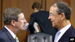 Debt Commission member, Senate Budget Committee Chairman Sen. Kent Conrad (l) and co-chairmen Erskine Bowles, before a meeting of the commission on Capitol Hill in Washington, 01 Dec 2010