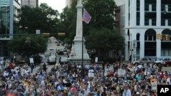 Những người biểu tình đòi gỡ bỏ lá cờ Liên minh miền Nam ở tòa nhà lập pháp của tiểu bang.