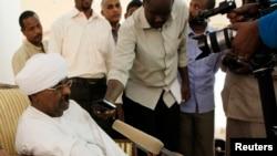 ប្រធានស៊ើបអង្កេតស៊ូដង់លោក Salah Abdallah Mohamed Saleh ឬត្រូវបានស្គាល់ថា Salah Gosh និយាយជាមួយប្រព័ន្ធផ្សព្វផ្សាយក្នុងទីក្រុង Khartoum ប្រទេសស៊ូដង់កាលពីថ្ងៃទី១០ ខែកក្កដា ឆ្នាំ២០១៣។
