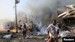 Civis andam pela zona da explosão