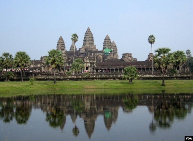 Hàng cây thốt nốt đứng soi bóng bên hồ nơi khu đền đài Angkor; cây thốt nốt được xem như biểu tượng của xứ Chùa Tháp. [tư liệu Ngô Thế Vinh]