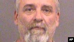 Gavin Wright es uno de los tres miembros de un grupo de milicianos. Tenían almacenadas armas de fuego, municiones y componentes explosivos; y tenían previsto emitir un manifiesto en relación con el atentado planeado.