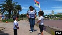 """Mairet, de 35 años, dijo que a sus hijos Facundo, de tres años, y Martín, de dos años, se les pegó el jingle de José """"Pepe"""" Mujica."""