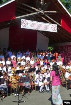 Paduan suara dan pengiring musik membawakan lagu-lagu kebangsaan Indonesia (17/8).