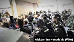 Građani koji protestuju na ulazu zgrade Radio-televizije Srbije ispred kordona žandarmerije