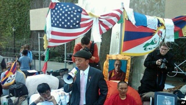 Tsewang Rigzin of Tibetan Youth Congress and hunger strikers, Mar 22, 2012.