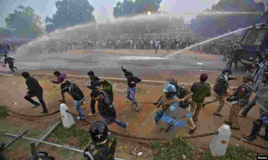 Cảnh sát sử dụng vòi rồng phun nước vào người biểu tình tại New Delhi, Ấn Độ, ngày 23/12/2012.