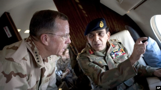 U.S. Adm. Mike Mullen, Pakistan Gen. Ashfaq Parvez Kayani during a tour of Northern Pakistan, Jul. 2010.