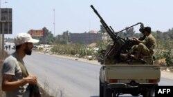 Les forces de sécurité libyennes patrouillent près du site d'une attaque contre un poste de contrôle dans la ville de Zliten, à 170 km à l'est de la capitale Tripoli, le 23 août 2018.