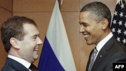 Президенты Барак Обама (справа) и Дмитрий Медведев