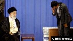 هشت سال پیش در پی اعتراض به تقلب و تخلف در انتخابات، آقای خامنه ای گفته بود نظر او به نظر احمدی نژاد نزدیک تر است.