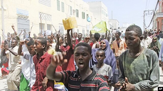 Somali protesters march  in Mogadishu, Somalia,where protesters took to the streets for the second day in support of current Prime Minister Mohamed Abdullahi Mohamed, June 10, 2011 (file photo).