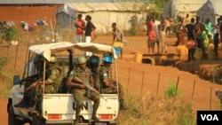 Des Casques bleus au Soudan du sud (UNMISS) près de Juba, le 5 décembre 2016. (J. Craig/VOA)