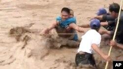 Foto tomada de un video muestra el rescate de una anciana en Lanas del Norte, al sur de Filipinas.