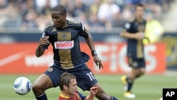 Philadelphia Union's Danny Mwanga ( #10) drives past Real Salt Lake's Ned Grabavoy in the second half of an MLS soccer match in Chester, Pennsylvania, June 11, 2011