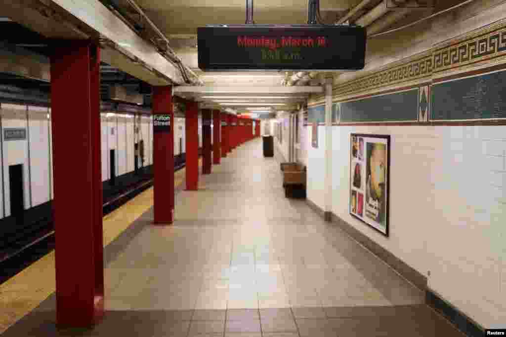 Sin embargo, el impacto de las medidas comienza a verse a lo largo de toda la ciudad, como en esta estación de metro desierta.