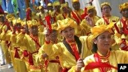ក្រុមអ្នកហាត់ប្រាណហ្វាលូនគង់ (Falun Gong) លេងឧបករណ៍ភ្លេងក្នុងអំឡុងការធ្វើបាតុកម្មនៅមុខស្ថានទូតចិនក្នុងទីក្រុងហ្សាការតាប្រទេសឥណ្ឌូនេស៊ីកាលពីថ្ងៃទី១៤ខែសីហាឆ្នាំ២០១០។