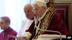 تصویر منتشر شده از سوی واتیکان، پاپ بندیکت شانزدهم در حال خواندن بیانیه کناره گیری از مقام مذهبی اش.