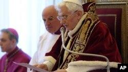 11일 바티칸 추기경 회의에서 사임 성명을 발표하는 교황 베네딕토 16세