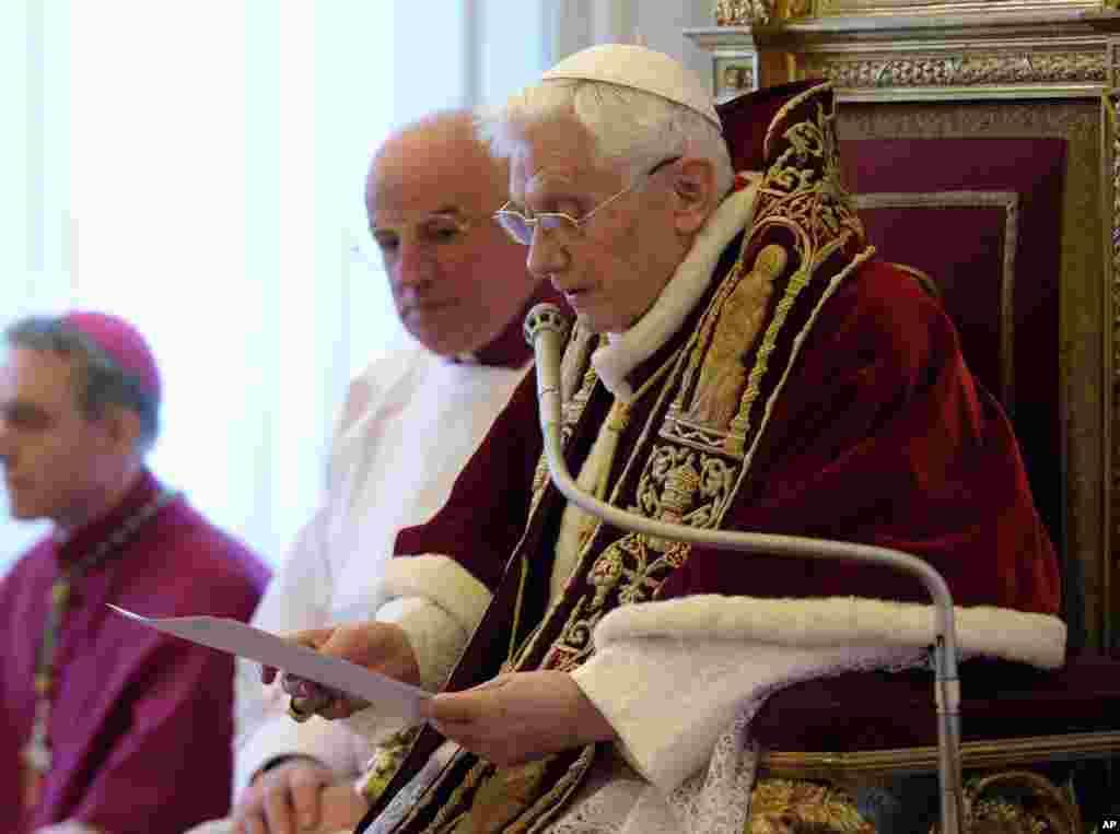 11일 로마 교황청 추기경 회의에서 사임 성명을 발표하는 교황 베네딕토 16세.