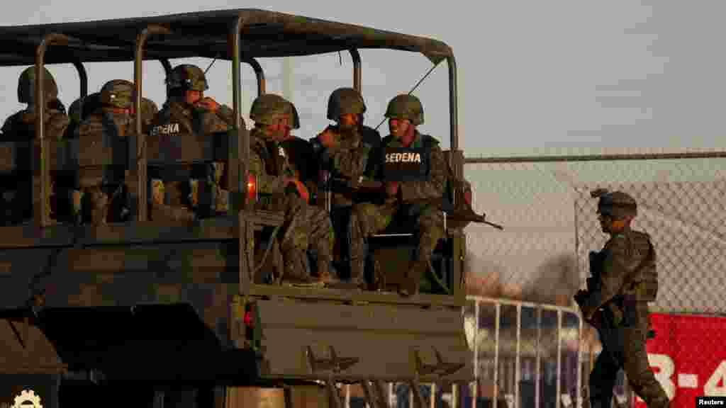 Des soldats mexicains arrivent à bord d'un camion pour assurer la sécurité au lieu où le pape François célèbrera la messe à Ciudad Juarez, 16 Février, 2016.