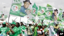 Supporters of Nigeria President Goodluck Jonathan attend an election campaign rally at the National Stadium in Lagos, Nigeria, March 24, 2015.