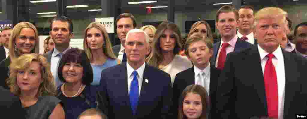 Une photo des familles des deux candidats républicains.